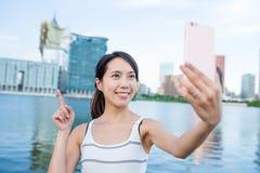Donna che prende immagine di auto nella città di Macao Fotografia Stock Libera da Diritti
