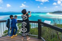 Donna che prende immagine di bella laguna tropicale con lei astuta Fotografia Stock Libera da Diritti