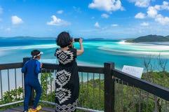 Donna che prende immagine di bello paesaggio tropicale con il suo MP Fotografia Stock