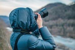Donna che prende le foto nelle montagne Fotografie Stock