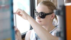 Donna che prende le immagini al suo cellulare su un bus stock footage