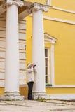 Donna che prende le immagini sulla natura vicino alla vecchia proprietà terriera Fotografia Stock