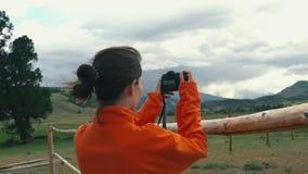 Donna che prende lo smartphone della fotografia che divide foto del fondo della natura del paesaggio che gode del viaggio di fest stock footage