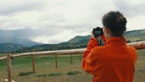 Donna che prende lo smartphone della fotografia che divide foto del fondo della natura del paesaggio che gode del viaggio di fest archivi video
