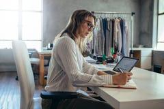 Donna che prende ordine online fotografie stock libere da diritti