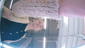 Donna che prende pollo congelato al supermercato video d archivio