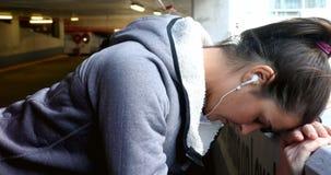 Donna che prende rottura al parcheggio sotterraneo dell'automobile 4k stock footage