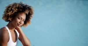 Donna che prende Sunbath vicino alla piscina archivi video