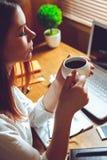 Donna che prende una pausa caffè Fotografie Stock
