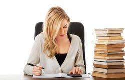 Donna che prepara all'esame, contante sul calcolatore Immagine Stock Libera da Diritti