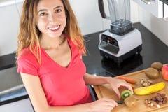 Donna che prepara frutti per il frullato Fotografie Stock Libere da Diritti