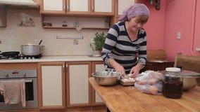 Donna che prepara gli gnocchi di Vareniki, Pierogi su Bord di legno per bollire Il cuoco prepara la cucina ucraina tradizionale video d archivio
