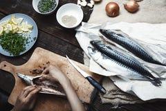 Donna che prepara il pesce dello sgombro Fotografia Stock Libera da Diritti