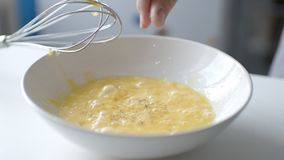 Donna che prepara omelette casalinga video d archivio