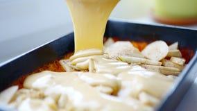 Donna che prepara pasta per la torta di mele casalinga video d archivio