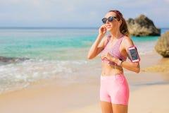 Donna che prepara per l'allenamento sulla spiaggia Immagine Stock Libera da Diritti