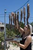 Donna che prepara polipo La Grecia 2 luglio 2018 Fotografia Stock Libera da Diritti