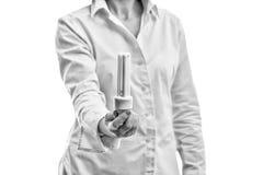 Donna che presenta lampadina ecologica moderna Fotografie Stock