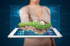 Donna che presenta una terra perfetta di ecologia con una casa e un windmil Fotografie Stock