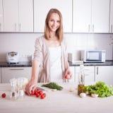 Donna che produce alimento sano Fotografia Stock