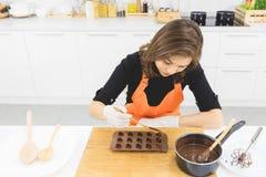 Donna che produce cioccolato fotografie stock libere da diritti
