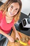 Donna che produce frullato Fotografie Stock