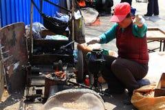 Donna che produce il cereale di schiocco nel mercato Fotografia Stock Libera da Diritti