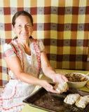 Donna che produce il patè della carne immagine stock libera da diritti