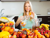 Donna che produce le bevande fresche dai frutti Fotografie Stock Libere da Diritti