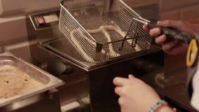 Donna che produce le ciambelline salate fresche con il girasole ed i semi di sesamo nel forno stock footage