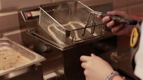 Donna che produce le ciambelline salate fresche con il girasole ed i semi di sesamo nel forno archivi video