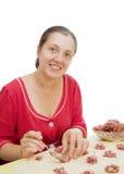 Donna che produce le polpette della carne Fotografie Stock