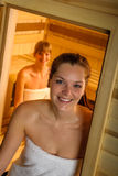 Donna che propone alla sauna nella stazione termale di salute Fotografie Stock Libere da Diritti