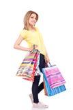 Donna che propone con i sacchetti di acquisto Fotografia Stock