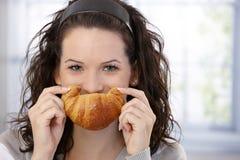 Donna che propone con il croissant immagine stock