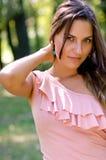 Donna che propone nella sosta Fotografie Stock