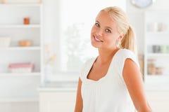 Donna che propone nella sua cucina Immagini Stock