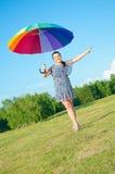 Donna che propone sulla natura con l'ombrello di colore Fotografie Stock