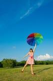 Donna che propone sulla natura con l'ombrello di colore Immagini Stock Libere da Diritti