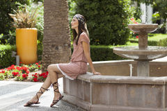 Donna che propone in una fontana Fotografie Stock