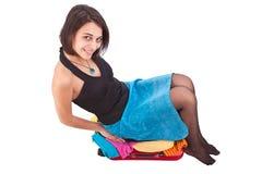 Donna che prova a chiudere la sua valigia Fotografia Stock Libera da Diritti
