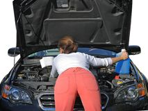 Donna che prova a riparare l'automobile fotografia stock libera da diritti