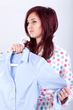 Donna che prova sulla camicia immagini stock