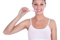 Donna che pulisce i suoi denti Immagini Stock