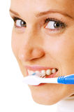 Donna che pulisce i suoi denti alla mattina Fotografia Stock