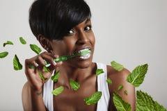Donna che pulisce i suoi denti, leavs della menta Immagini Stock Libere da Diritti