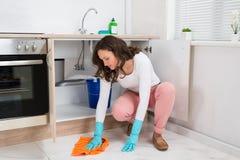 Donna che pulisce pavimento Fotografie Stock Libere da Diritti