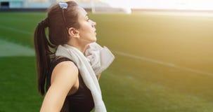 Donna che pulisce sudore sullo stadio stock footage