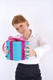 Donna che raggiunge un contenitore di regalo Fotografia Stock