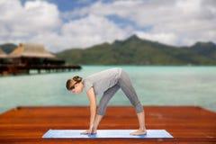 Donna che rende ad yoga posa intensa di allungamento all'aperto Fotografie Stock